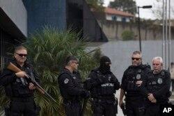 Guardias federales frente al Departamento de Policía Federal en Curitiba, Brasil, esperan la llegada del expresidente Luiz Inacio Lula da Silva en Curitiba, Brasil, donde se espera que se entregue para comenzar a cumplir su condena de prisión de 12 años por soborno. Abril 6 de 2018.