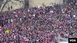 واشنگٹن میں پچھلے سال خواتین کے مظاہرے کا ایک منظر۔ فائل فوٹو
