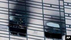 消防队员在川普大厦火灾受损的50楼窗口