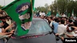 Para pendukung mantan PM Pakistan Nawaz Sharif mengerumuni mobilnya saat konvoi rombangannya meninggalkan Islamabad, Pakistan, 9 Agustus 2017 (foto: REUTERS/Caren Firouz)