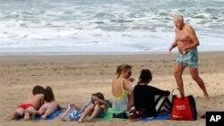24일 프랑스 남서부에서 기온이 섭씨 24도까지 올라간 가운데, 해변에 나온 가족.
