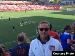美国女足队员爱丽·克里格的父亲肯·克里格在美中对决赛观赛 (肯·克里格)