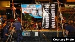香港警方周五凌晨突袭清理旺角占领区路障(苹果日报图片)