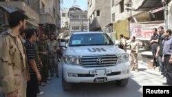 유엔 화학무기 조사단이 28일 다마스쿠스 외곽 자말카에서 현장 조사를 재개한 가운데, 시리아 반군과 주민들이 조사단 차량을 지켜보고 있다.