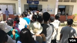Cambodians line up to cast their votes at a local commune council elections at Kesararam Primary School polling station, Siem Reap, Cambodia Sunday June 4, 2017. (Thida Win/VOA Khmer)