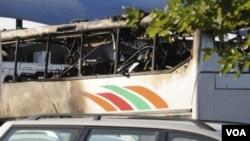 在布尔加斯机场的这辆烧毁的客车