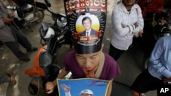 지난달 31일 캄보디아 대법원 앞에서 야당 지지자들이 켐 소카 당대표의 석방을 요구하는 시위를 벌이고 있다.