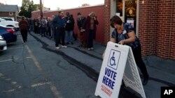 Para pemilih AS antri untuk memberikan suara di Fogelsville, Pennsylvania hari Selasa (8/11).