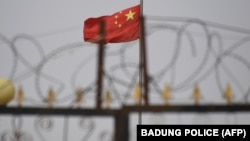 2019年6月4日中國新疆喀什南部住宅區中的中國國旗。
