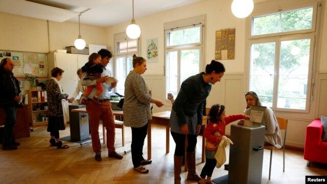 """瑞士民眾在伯爾尼就""""無條件基本收入""""計劃進行公投(2016年6月5日)"""