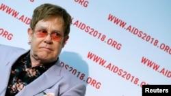 ARCHIVO - El músico británico Elton John durante una rueda de prensa en la 22a Conferencia Internacional sobre el SIDA en Amsterdam, Países Bajos, el 24/7/18.