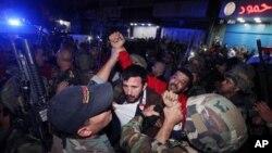 Tentara Lebanon menahan tersangka penyerang dekat lokasi dua serangna bunuh diri di Burj al-Barajneh, pinggiran kota Beirut, Lebanon (12/11).