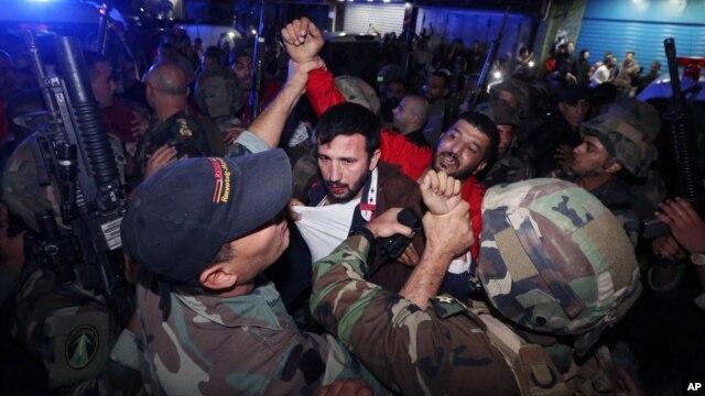 Những binh lính Lebanon bắt giữ một kẻ tình nghi tấn công gần hiện trường nơi vụ đánh bom tự sát kép ở Burj al-Barajneh, Beirut, Lebanon, thứ Năm ngày 12/11/2015.
