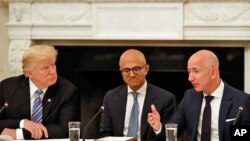 Le président Donald Trump, à gauche, et Satya Nadella, chef de la direction de Microsoft, écoutent Jeff Bezos, chef de la direction d'Amazon, lors d'une table ronde du American Technology Council à la Maison-Blanche, Washington, 19 juin 2017.