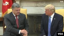 دیدار دونالد ترامپ رئیس جمهوری ایالات متحده (راست) و پترو پوروشنکو همتای اوکراینی او در کاخ سفید - ۳۰ خرداد ۱۳۹۶