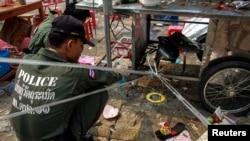 Polisi Thailand memeriksa lokasi ledakan dalam demonstrate anti-pemerintah di distrik Khao Saming, propinsi Trat, 23 Februari 2014.