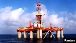 Giàn khoan dầu của Tổng công ty Dầu khí Hải dương Trung Quốc ở Biển Ðông. (Ảnh: Reuters)