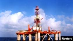 Salah satu anjungan Tiongkok di Laut Cina Selatan (Foto: dok). Pemerintah Tiongkok mulai mengoperasikan anjungan pengeboran minyak laut dalamnya dan memulai pengeboran hingga kedalaman 1.500 meter.