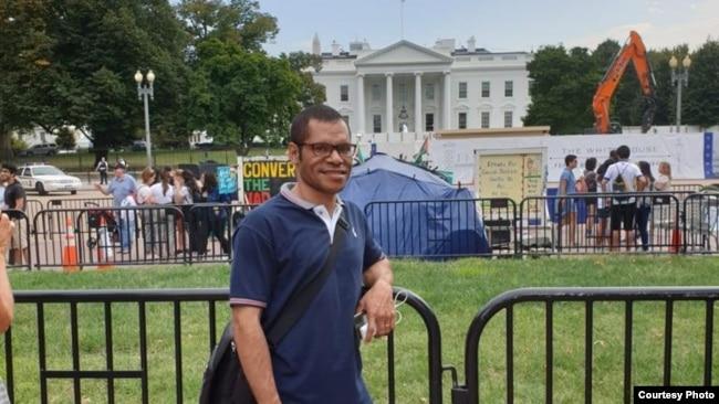 Paskalis Kaipman di seberang Gedung Putih di Washington, D.C. (dok: Paskalis Kaipman)