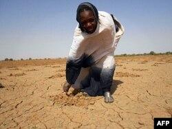 Cette photo d'Oxfam montre une femme sur une terre aride, à Oud Guedara, en Mauritanie (14 déc. 2011)