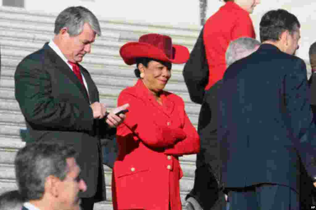 新科女议员耀眼的红帽子