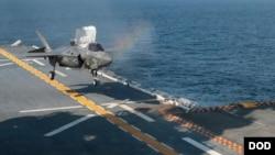 Chiếc F-35B đang đáp xuống tàu tấn công đổ bộ USS Wasp. Trung Quốc vừa từ chối yêu cầu cho tàu này cập cảng Hồng Kông.
