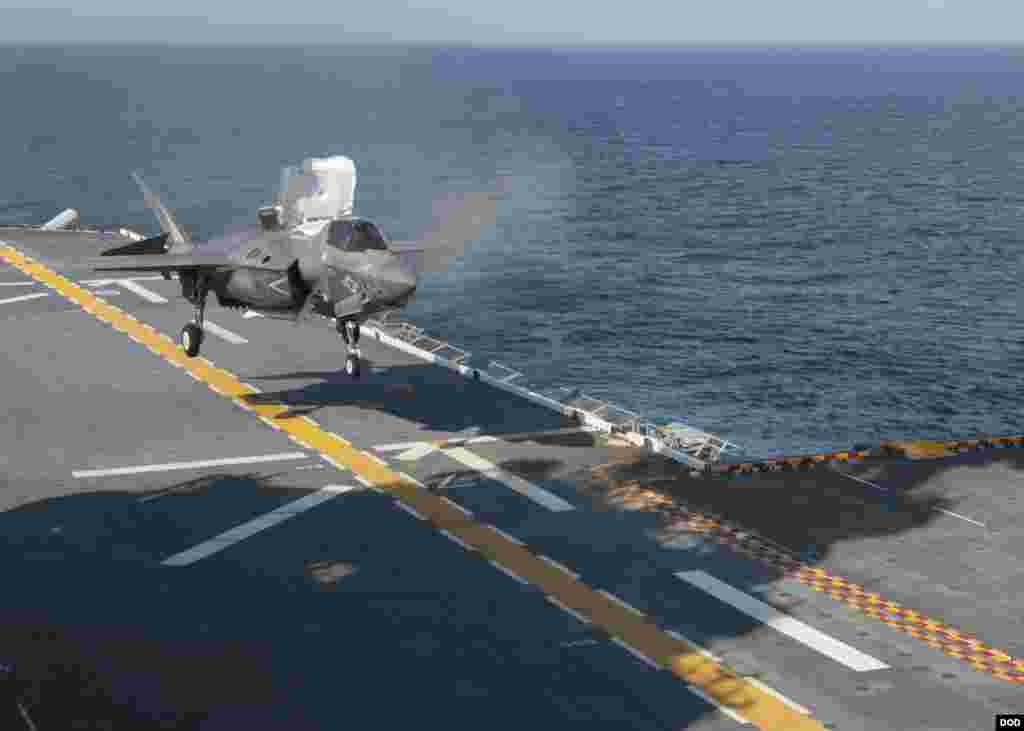 一架F-35B战斗机降落在美国黄蜂号两栖攻击舰(The amphibious assault ship USS Wasp)上(2017年7月12日)。美中两国最近面临经济和军事领域的一系列分歧。上星期,美国因中国从俄罗斯购买武器装备而制裁解放军装备发展部及其部长李尚福。对此中国政府上周六召见了美国驻华大使表示抗议。中国还召回了正在访美的海军司令员沈金龙。沈金龙原本将在美国罗得岛州举行的全球海军将领研讨会上与美国海军领导人会晤。
