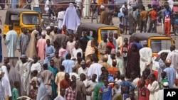 Une foule s'assemble pour constater les dégats après une attentat attribué au gorupe Boko Haram