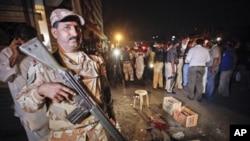 کراچی میں ایمپریس مارکیٹ کے قریب رینبو سینٹر میں دستی بم کے حملے کے بعد پولیس تعینات