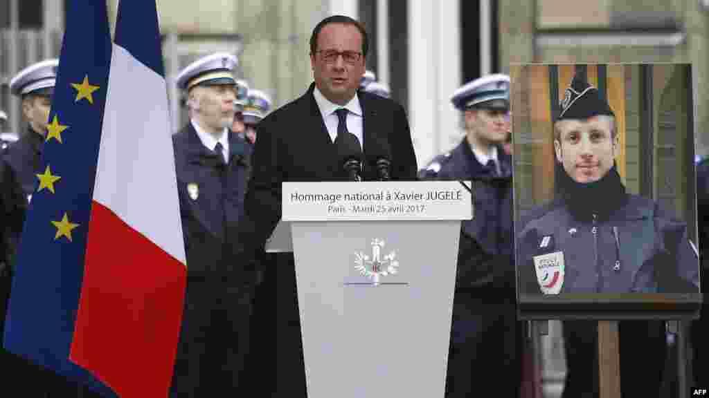 Le président français François Hollande rend hommage à Xavier Jugelé, le policier abattu sur les Champs-Élysées, lors d'une cérémonie à la Préfecture de police de Paris, le mardi 25 avril 2017.