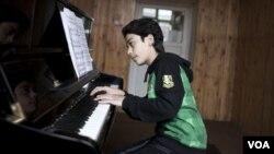 الهام فانوس، پیانو نواز افغان