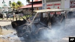 Xe cộ bị đốt cháy trong vụ nổi loạn ở thành phố cảng Mombasa, Kenya, ngày 27/8/2012