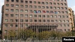 台湾邦交国所罗门群岛的旗帜(右二)在台北一座各国外交使团使用的大楼前飘扬。(2016年12月23日)