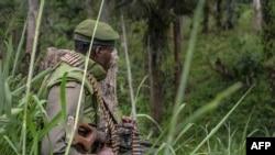 Un soldat des FARDC (Forces Armées de la République démocratique du Congo) prend position lors d'échanges de tirs avec des membres de l'ADF (Forces Démocratiques Alliées) à Opira, Nord Kivu, 25 janvier 2018.