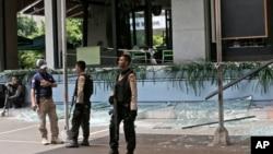 2016年1月14日警务人员在印度尼西亚雅加达被袭击后的一个星巴克咖啡馆外守卫。