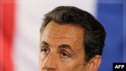 Có nhiều tiếng nói mạnh mẽ cất lên từ nhiều trí thức gốc Việt vang động qua loa phóng thanh, muốn nhắn đến tận tai Tổng thống Pháp Nicolas Sarkozy, yêu cầu nhớ đến lời hứa khi ra tranh cử năm 2007