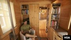 Jay Shafer, tinggal di rumahnya yang berukuran super kecil di kota Graton, negara bagian California.