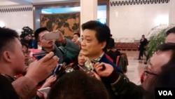 2017年3月3日下午政協大會結束後,中國全國政協委員、媒體人崔永元接受媒體採訪。(艾倫拍攝)