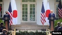 2021年4月16日日本首相菅义伟和美国总统拜登(右)在白宫玫瑰园举行联合新闻发布会。