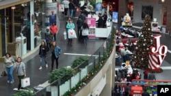 Para pengunjung berbelanja di Pentagon City Mall di Arlington, 22 Desember 2017.
