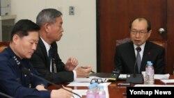 장명진 한국 방위사업청장(오른쪽)이 9일 열린 국회 국방위 한국형 전투기(KF-X) 개발사업 리스크 관리 소위원회에 출석해 KF-X 사업 추진 현황에 대해 보고하고 있다.