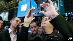 CEO Twitter Jack Dorsey dan para pendiri Twitter lainnya, Evan Williams dan Biz Stone, menanti bel penanda pembukaan perdagangan pada Bursa Saham New York (NYSE) di New York, 7 November 2013 lalu (foto: dok).