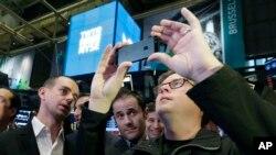 트위터 공동 창업자 세 명이 트위터의 상장 첫날을 맞아 7일 뉴욕증권거래소에서 증시가 개장하기를 기다리고 있다.