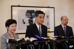 香港特首梁振英(中)在记者会上(2014年10月16日)