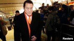 지난 1월 북한 방문을 마친 안토니오 이노키 일본 참의원이 16일 중국 베이징 공항에서 취재진의 질문에 답한 뒤 입국장을 빠져나가고 있다.