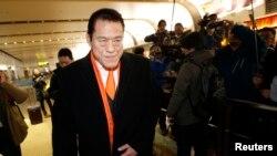 지난 1월 북한 방문을 마친 안토니오 이노키 일본 참의원이 중국 베이징 공항을 빠져나가고 있다. (자료사진)