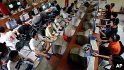 北京年輕人在網吧上網情形(資料照片)。
