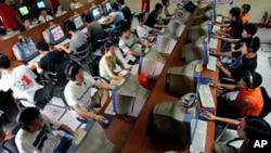 中國年輕網民在網吧上網的情形