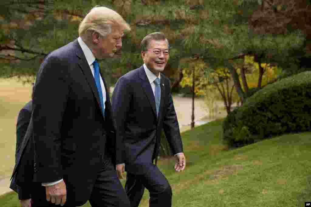 美國總統川普2017年11月7日在首爾的總統府青瓦台花園與南韓總統文在寅散步