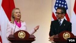 3일 인도네시아 자카르타에서 공동 기자회견 중인 힐러리 클린턴 미 국무장관(왼쪽)과 마티 나탈레가와 인도네시아 외무장관.